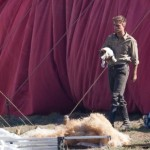 robert-pattinson-set-photo-dog Роберт Паттинсон с собакой